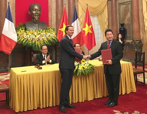 Lãnh đạo FPT và Telespazio France trao thỏa thuận hợp tác về triển khai Trung tâm EarthLab tại Việt Nam.