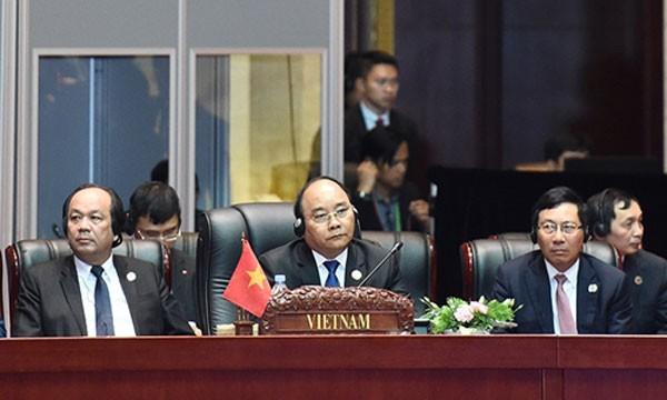 Thủ tướng Nguyễn Xuân Phúc và Phó thủ tướng Phạm Bình Minh dự lễ khai mạc Hội nghị Cấp cao ASEAN lần thứ 28 - 29. Ảnh: VGP.