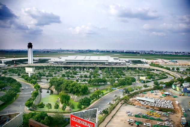 Các đề xuất đầu tư đường trên cao vào Sân bay Tân Sơn Nhất theo hình thức PPP sẽ giúp TP.HCM giảm được gánh nặng chi ngân sách cho hạ tầng giao thông. Ảnh: Lê Tiên