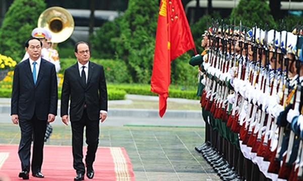 Chủ tịch nước Trần Đại Quang và Tổng thống Pháp Francois Hollande trong lễ đón tại Phủ Chủ tịch sáng 6/9. Ảnh: Giang Huy.