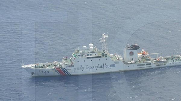Một tàu tuần duyên Trung Quốc trong ảnh do Philippines chụp được gần bãi cạn Scarborough. Ảnh: ABS-CBN