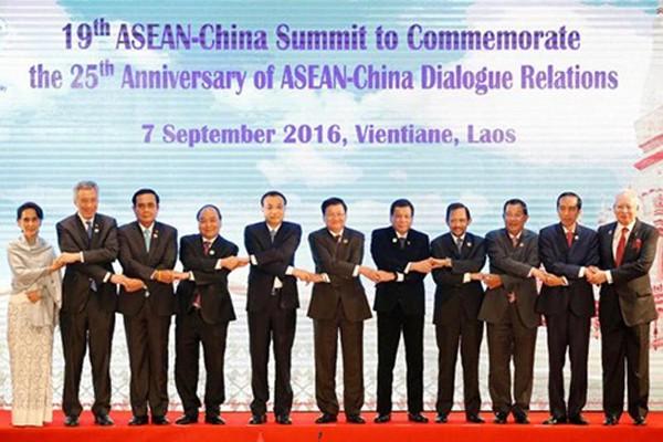 Các lãnh đạo ASEAN chụp ảnh chung tại hội nghị thượng đỉnh ở Vientiane, Lào. Ảnh: Reuters