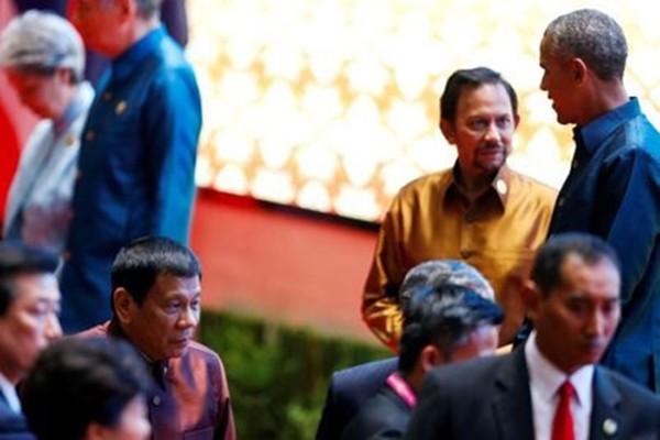 Tổng thống Mỹ Barack Obama và người đồng cấp Philippines Rodrigo Duterte hôm qua bắt tay và có cuộc nói chuyện ngắn tại một buổi tiệc tối ở Lào. Ảnh: Reuters
