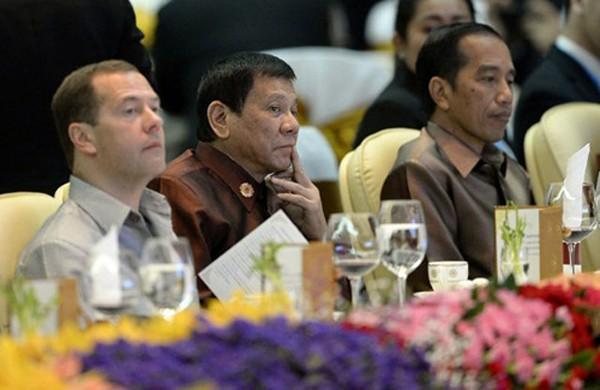 Ông Duterte ngồi giữa hai lãnh đạo Nga và Indonesia tại bữa tiệc tối qua ở Vientiane, Lào. Ảnh: AFP