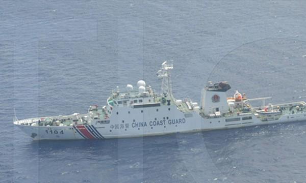 Một trong 10 chiếc tàu của Trung Quốc gần bãi cạn Scarborough. Ảnh: Philstar