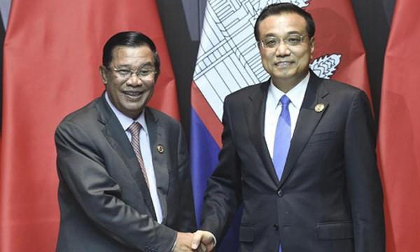 Thủ tướng Trung Quốc Lý Khắc Cường, phải, gặp gỡ người đồng cấp Campuchia Hun Sen. Ảnh: Xinhua