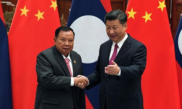 Chủ tịch Trung Quốc Tập Cận Bình (phải) và Chủ tịch Lào Bounnhang Vorachith. Ảnh: AFP