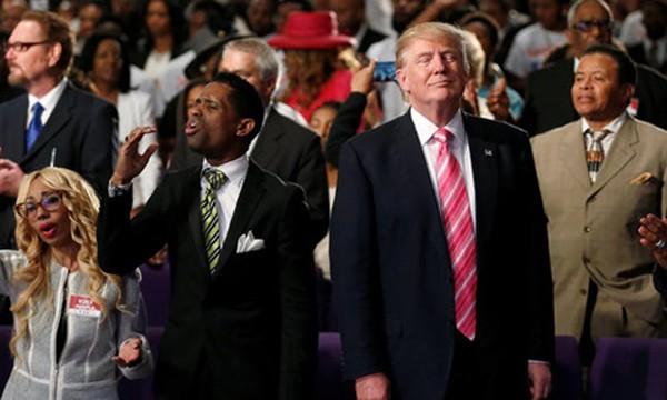 Donald Trump dự lễ ở một nhà thờ tại thành phố Detroit, nơi ông gặp gỡ giáo đoàn người Mỹ gốc Phi hôm 3/9. Ảnh: Reuters