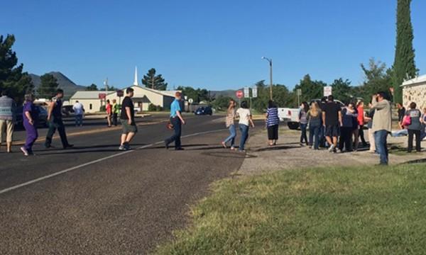 Học sinh sơ tán khỏi hiện trường vụ nổ súng. Ảnh: CNN