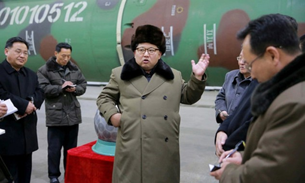 Nhà lãnh đạo Kim Jong-un thăm các chuyên gia hạt nhân Triều Tiên. Ảnh: KCNA.