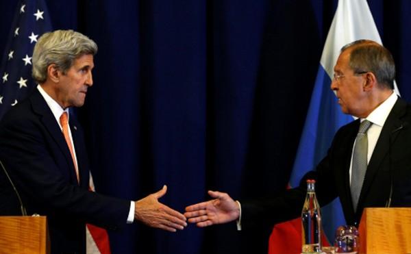 Ngoại trưởng Mỹ bắt tay với người đồng cấp Nga trong cuộc họp báo tại Geneva, Thụy Sĩ. Ảnh: Reuters