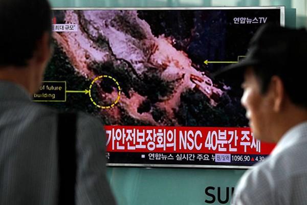 Dân Hàn Quốc theo dõi thông tin về vụ thử hạt nhân của Triều Tiên qua truyền hình. Ảnh: Yonhap