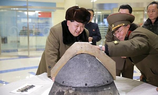 Ông Kim Jong-un xem xét một đầu đạn tên lửa của Triều Tiên. Ảnh: Reuters.