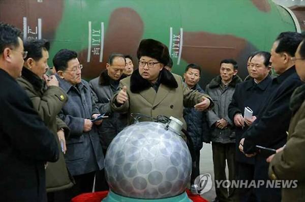 Ông Kim Jong-un trò chuyện với các nhà khoa học hạt nhân Triều Tiên. Ảnh:Yonhap.