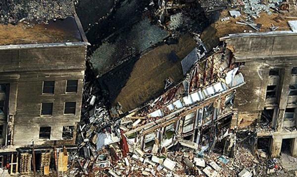 Một phần của Lầu Năm Góc bị sụp đổ sau khi bị chiếc máy bay đâm vào. Ảnh: AFP