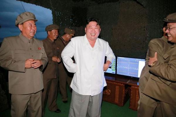 Hình ảnh lãnh đạo Triều Tiên Kim Jong Un trong vụ phóng thử tên lửa từ tàu ngầm được hãng KCNA công bố tháng trước. Ảnh: KCNA
