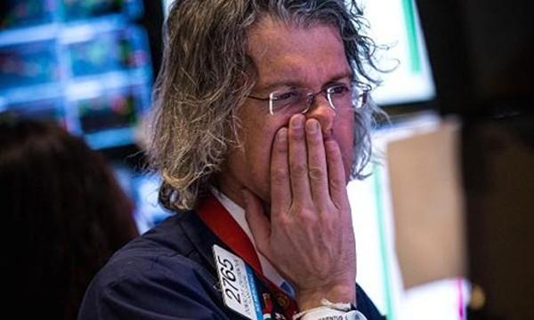 Một nhân viên giao dịch trên sàn chứng khoán New York. Ảnh: CNBC