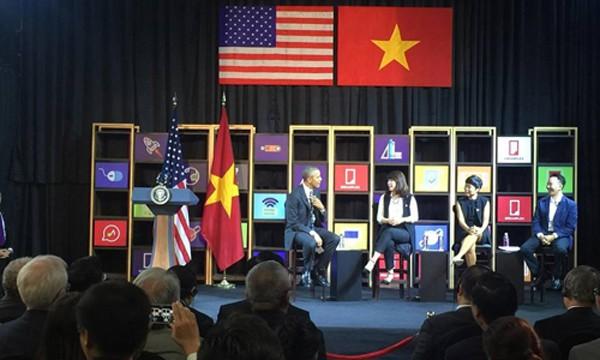 Tổng thống Obama trực tiếp trao đổi với ba doanh nhân trẻ tại Dreamplex chuyến thăm Việt Nam mới đây.