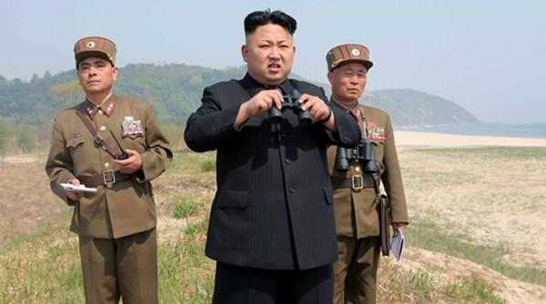 Nhà lãnh đạo Triều Tiên Kim Jong-un và hai quan chức quân đội. Ảnh: KCNA