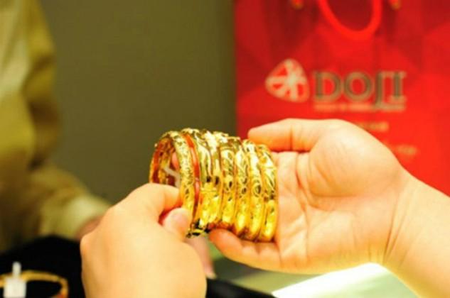 Giá bán vàng trong nước cao hơn thế giới trên dưới 500.000 đồng.