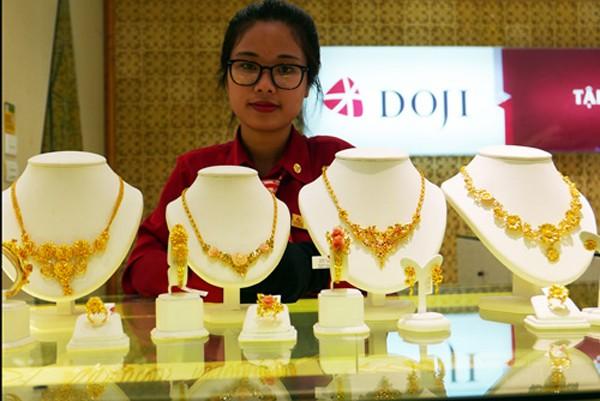 Giá vàng trong nước đắt hơn quốc tế khoảng 600.000 đồng. Ảnh: Q.Đ.