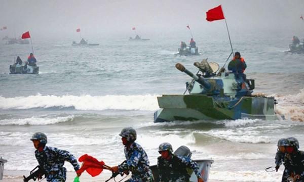 Xe tăng lội nước và lính thủy đánh bộ Trung Quốc trong một cuộc tập trận đổ bộ đánh chiếm đảo tại tỉnh Sơn Đông. Ảnh: SCMP