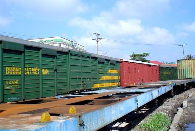Cần khuyến khích mạnh mẽ doanh nghiệp mua toa tàu, đầu máy để kinh doanh vận chuyển hàng hóa. Ảnh: TL
