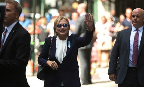 Hillary Clinton vẫy tay trước căn hộ của con gái, sau khi phải ra về sớm lễ tưởng niệm vụ 11/9. Ảnh: AP