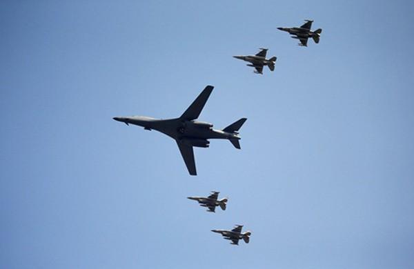 Một trong hai máy bay ném bom B-1 và 4 chiến đấu cơ F-15K sáng nay bay trên căn cứ không quân Osan. Ảnh: Reuters