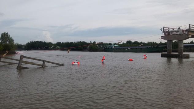 Một phần nguyên nhân khiến cầu Ô Rô bị sập là do cây cầu này nằm ngay cạnh khu vực ngã ba, nước chảy rất siết. Ảnh: Gia An