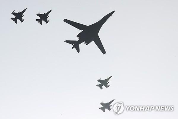 Một trong hai máy bay B-1B Lancer của Mỹ và 4 chiến đấu cơ F-15K Hàn Quốc hôm qua bay trên căn cứ không quân Osan, phía nam Seoul. Ảnh: Yonhap