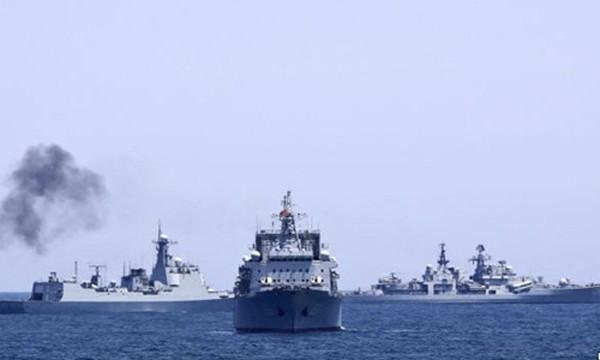 Hải quân Nga và Trung Quốc trong một cuộc tập trận chung tại biển Hoa Đông năm 2014. Ảnh: Reuters.