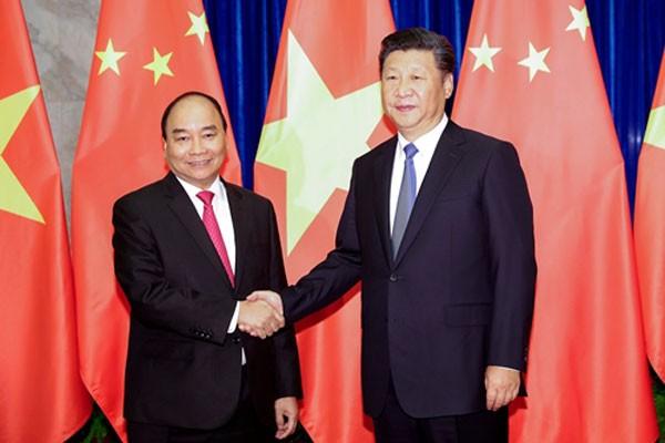 Thủ tướng Nguyễn Xuân Phúc bắt tay Chủ tịch Trung Quốc Tập Cận Bình tại Bắc Kinh ngày 13/9. Ảnh: Reuters