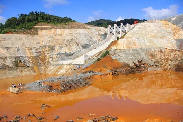 Thông tin ban đầu cho thấy phần công trình xảy ra sự cố liên quan đến 3 gói thầu số 32, 33, 40 và nhiều nhà thầu. Ảnh:baoquangnam.vn