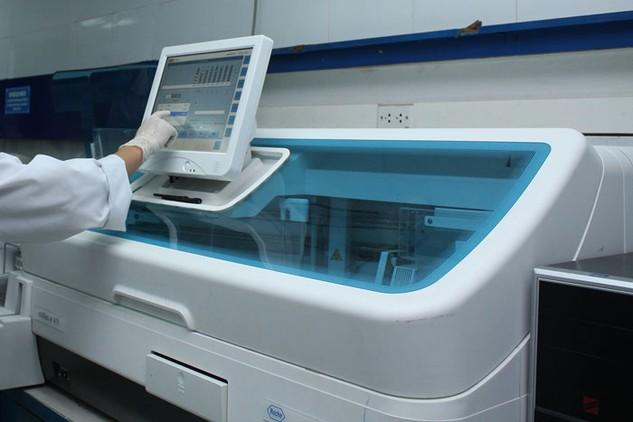 Công khai đầy đủ thông tin về gói thầu trang thiết bị y tế là cơ sở để cơ quan giám sát thẩm định được cơ bản giá trúng thầu có cạnh tranh hay không. Ảnh: Lê Tiên