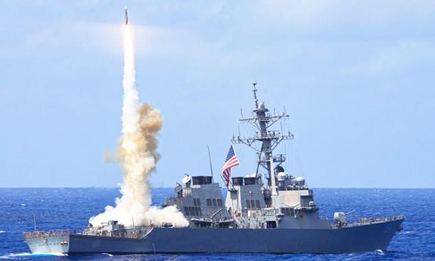 Tàu chiến Mỹ phóng tên lửa SM-6 diệt tên lửa địch. Ảnh: US Navy