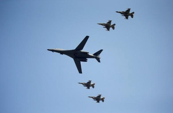 Máy bay ném bom B-1 của Mỹ cùng 4 tiêm kích bay trên bán đảo Triều Tiên. Ảnh:Reuters