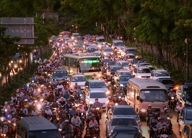 Kẹt cứng trên đường Trần Quốc Hoàn (hướng từ sân bay Tân Sơn Nhất) về các quận trung tâm mỗi khi vào giờ cao điểm - Ảnh: HỮU KHOA