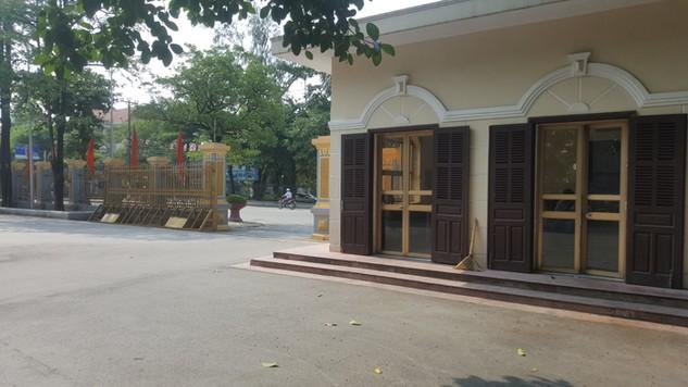 """Thông báo mời thầu nêu rõ địa điểm phát hành HSMT là Văn phòng UBND tỉnh Ninh Bình nhưng bảo vệ cản nhà thầu vào mua hồ sơ với lý do """"ở đây không có chuyện bán HSMT"""""""