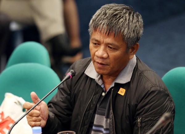 """Edgar Matobato, người tự nhận từng là sát thủ thuộc """"biệt đội tử thần"""" ở Davao, trong phiên điều trần thượng viện hôm 15/9. Ảnh: AP"""