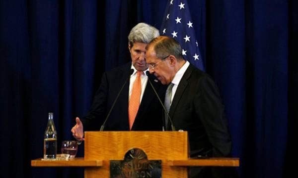 Ngoại trưởng Mỹ John Kerry (trái) trao đổi với người đồng cấp Nga Sergey Lavrov tại cuộc họp báo chung ở Geneva hôm 9/9. Ảnh:Reuters
