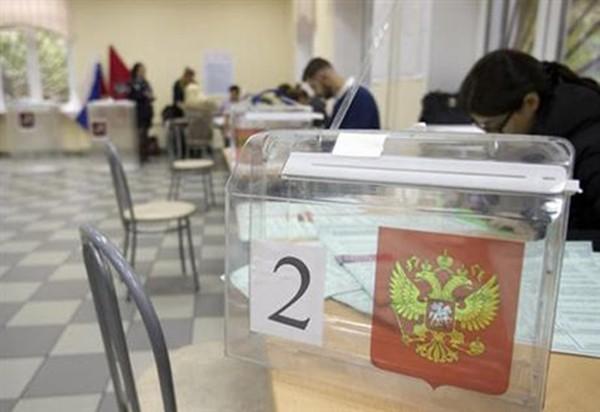 Hoạt động chuẩn bị tại một điểm bỏ phiếu ở Moscow, Nga, ngày 17/9. Ảnh: AP.
