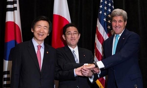 Từ trái qua, Ngoại trưởng Hàn QuốcYun Byung-se, Ngoại trưởng Nhật BảnFumio Kishida và Ngoại trưởng Mỹ John Kerry hôm qua gặp mặt tại New York, Mỹ. Ảnh:Reuters