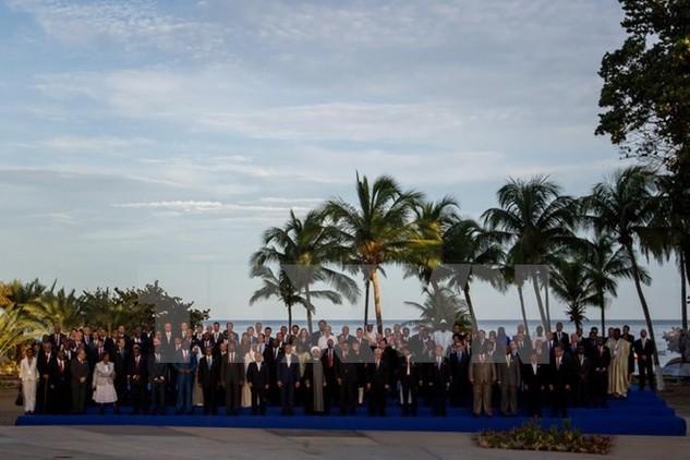 Đại diện các nước tham dự chụp ảnh chung tại hội nghị. (Nguồn: EPA/TTXVN)