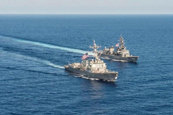 Hai tàu chiến Mỹ và Nhật Bản trong cuộc tập trận chung trên Biển Đông hồi năm ngoái. Ảnh: Reuters.
