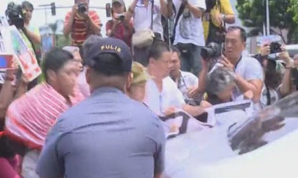 Nhóm cánh tả Philippines đụng độ với cảnh sát ở gần khu vực đại sứ quán Mỹ tại Manila. Ảnh:Xinhua.