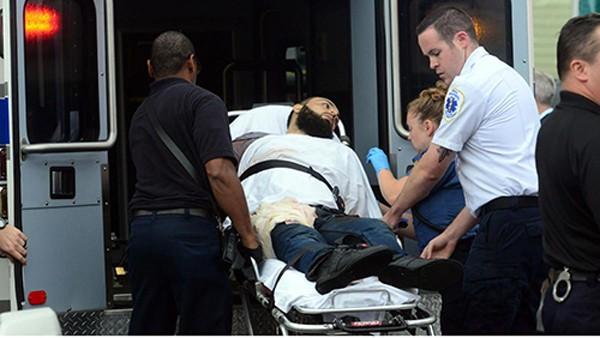 Nghi phạm bị trúng đạn vào vai và được đưa tới bệnh viên. Ảnh: Nydailynews