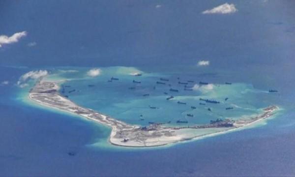 Các tàu nạo vét Trung Quốc hoạt động phi pháp tại đá Vành Khăn thuộc quần đảo Trường Sa trên Biển Đông ngày 21/5/2015. Ảnh: Reuters.