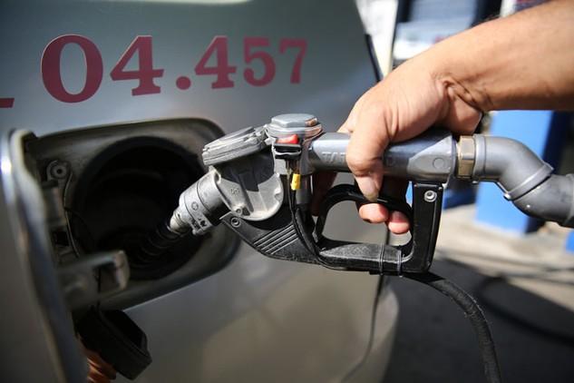Giá xăng dầu tăng sẽ có tác động không thuận lợi cho hoạt động sản xuất kinh doanh của doanh nghiệp. Ảnh: Lê Tiên