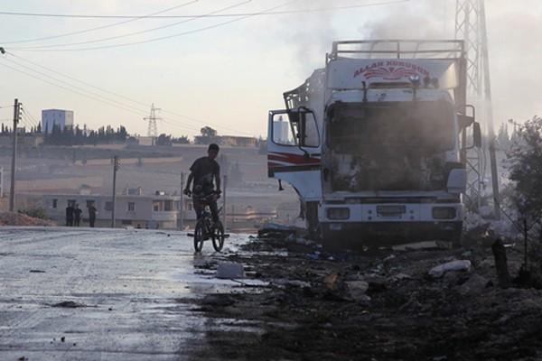 Một xe tải chở hàng cứu trợ của Liên Hợp Quốc bị hư hại. Ảnh:Reuters.